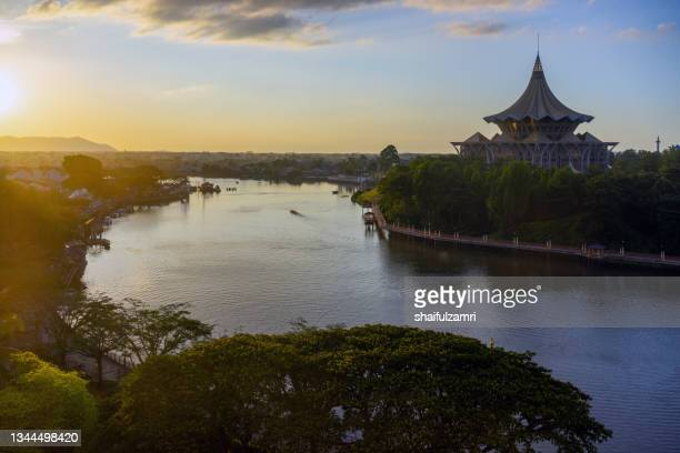 kuching city waterfront esplanade with iconic sarawak state legislative assembly building near the river bank. - shaifulzamri stockfoto's en -beelden