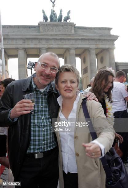 Kuenast Renate Politikerin Fraktionsvorsitzende im Bundestag Buendnis 90/DieGruenen D mit Volker Beck beim CSD vor dem Brandenburger Tor
