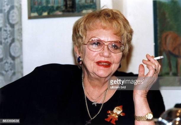 Kuenneke Evelyn * Saengerin Schauspielerin D Portrait mit Zigarette