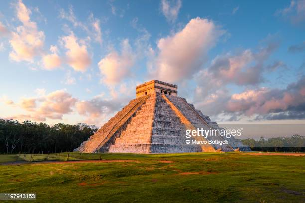 kukulkan pyramid at chichen-itza archaeological site, yucatan, mexico - yucatan peninsula stock pictures, royalty-free photos & images