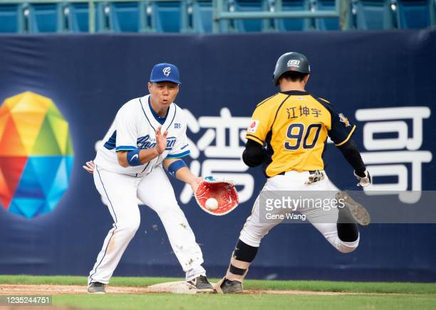 Kun Yu Chiang of CTBC Brothers safe at the top of the 4th inning during the CPBL game between Fubon Guardians and CTBC Brothers at the Xinzhuang...