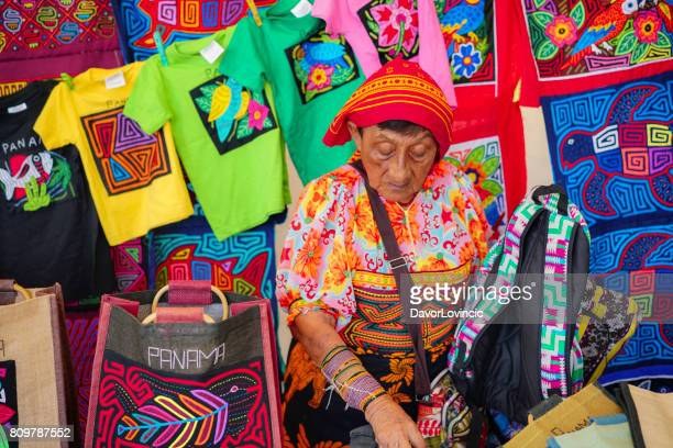 kuna yala quiosco en la calle del casco viejo en una vieja parte de ciudad de panamá. - mola kuna fotografías e imágenes de stock