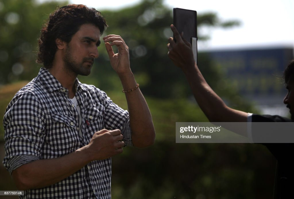 Kunal Kapoor shooting for a doccumentry on Global Warming at Juhu Joggers Park.