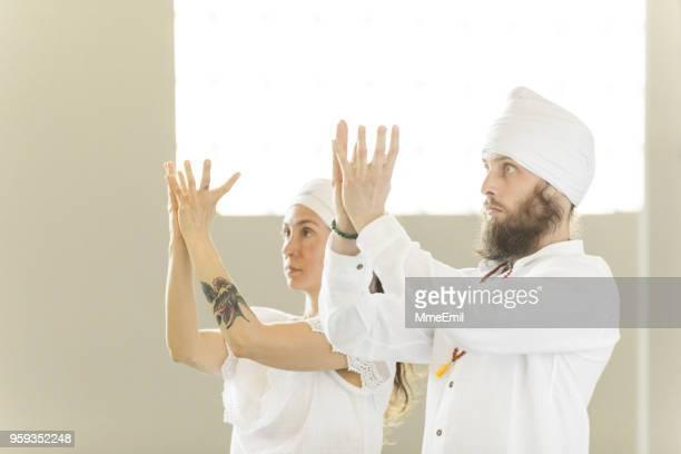 Kundalini. Paar Yoga zu praktizieren. Mudra