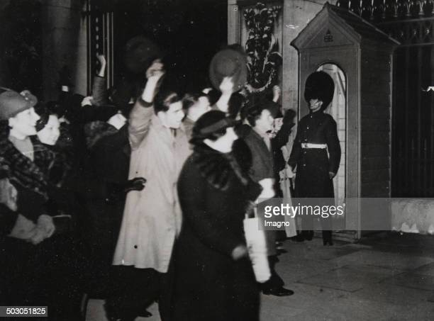 Kundgebung der Londoner Bevölkerung für den neuen König Georg VI. Nach der geplanten Abdankung König Eduard VIII. 7. Dezember 1936. Photographie. .