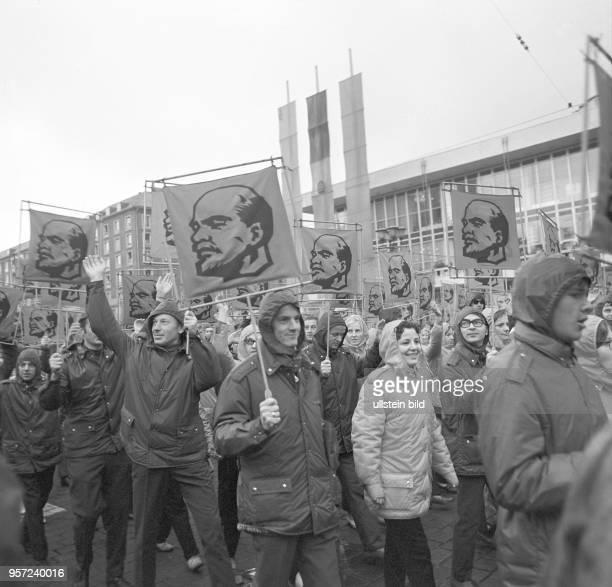 Kundgebung während des Deutsch-Sowjetischen Jugendfestivals in Dresden, aufgenommen im Oktober 1970. Die Teilnehmer tragen aufgespannte Tücher mit...