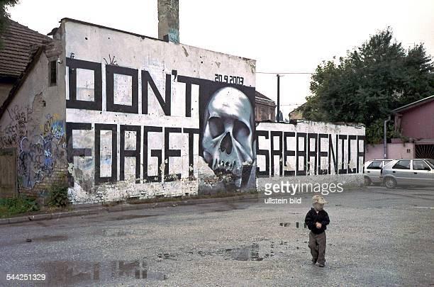 KunstGraffiti 'Don´t forget Srebrenica' anlässlich der 10jährigen Wiederkehr des Massakers von Srebrenica an einer Wand in Sarajevo Bosnien
