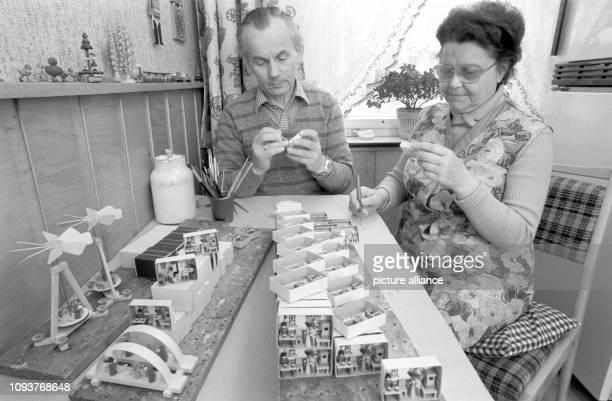 Kunsthandwerker Erich Reichelt und seine Ehefrau beim Anfertigen von Miniaturen in einer Streichholzschachtel, einem Klassiker der Seiffener...