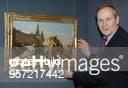 COL Kunsthistoriker D Direktor der Gemäldegalerie Staatliche Museen zu Berlin steht in der Gemäldegalerie neben dem Gemälde 'Rinaldos Abschied von...