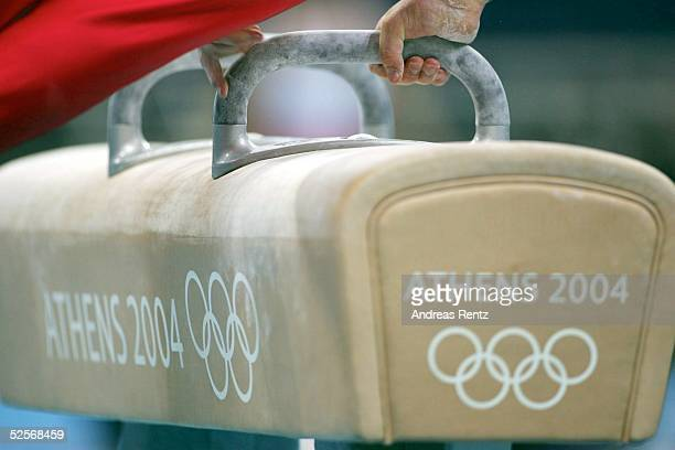 Kunstturnen Olympische Spiele Athen 2004 Athen Kunstturnen / Mehrkampf / Maenner Ein Teilnehmer absolviert seinen Wettkampf am Seitpferd 140804