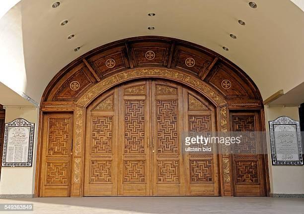 Kunstvoll gestaltet das hölzerne Portal der Koptischen Kirche in Assuan