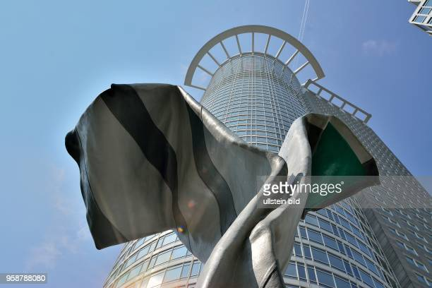 Kunstwerk 'Inverted Colour and Tie' vor der DZBank in Frankfurt am Main