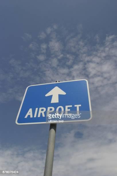 Kunstwerk vor dem Kulturzentrum Syltquelle auf der Insel Sylt Schild mit der Aufschrift AIRPOET