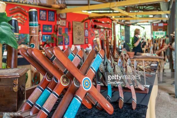 キュランダ村のダウンタウンの街並み、オーストラリアのキュランダにあるオリジナルの熱帯雨林市場。 - クランダ ストックフォトと画像