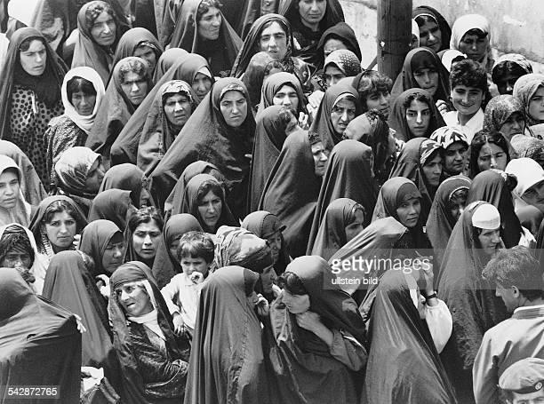 Kurden im Irak: Eine Gruppe von Frauen warten in Halabdscha in der Warteschlange- Juli 1992