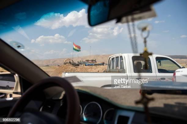 Koerdische vlag bij controlepost tussen Erbil en Mosul