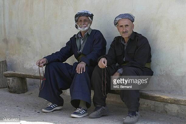 Kurdish Villages Of Turkey. Le village kurde de TEKELLI, situé à 1 600 km d'Istanbul, à 12 km de l'Irak et à 8 de l'Iran . Sur un banc deux...
