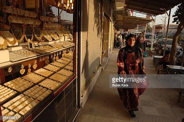 A Kurdish woman shops in the central bazaar on October 21 2007 in the Iraqi border Turkish town of Cizre Turkey Kurds in the southeastern Turkish...