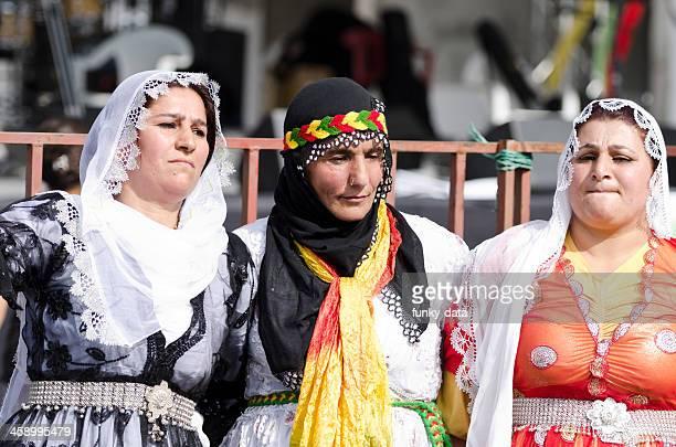 クルド伝統的なドレスで女性をダンス(halay ) - クルド人 ストックフォトと画像