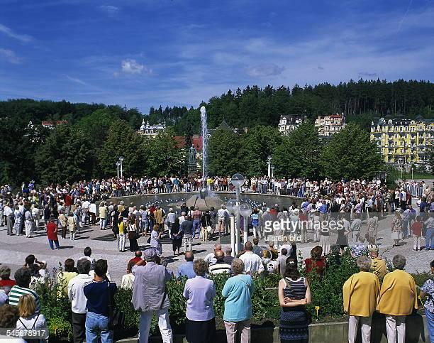 Kurgäste an einem Springbrunnen betrachten Wasserspiele 2000