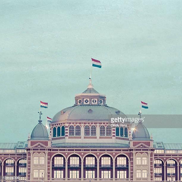 kurhaus building with dutch flags on top - la haye photos et images de collection
