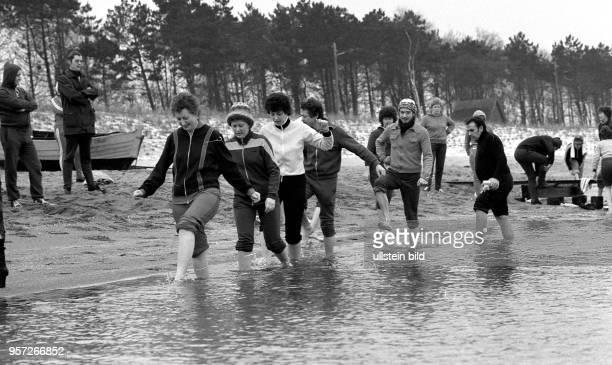 Kurpatienten beim Wassertreten in der Ostsee am winterlichen Ostseestrand des Seebades Zingst aufgenommen am Das Wassertreten dient der...