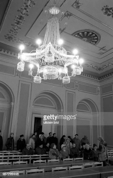 Kurpatienten des 'Moorbades' Bad Doberan besuchen das Großherzogliche Palais in Bad Doberan hier im Festsaal aufgenommen im Dezember 1985 Im...