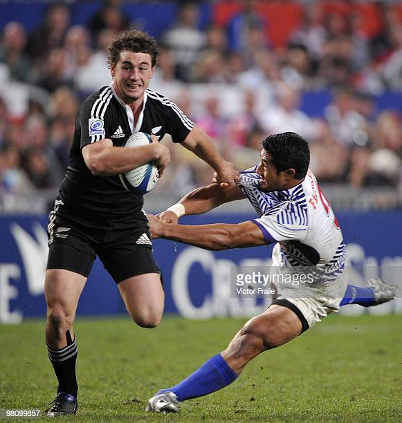 Kurt Baker of New Zealand eludes a tackle by Alofoti Fa'osiliva of Samoa during their final match on day three of the IRB Hong Kong Sevens on March...