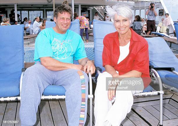 Kurt Bendlin Barbara Rütting neben den Dreharbeiten zur ZDFSerie Traumschiff Folge 21 Ägypten Atlantik MS Berlin Kreuzfahrtschiff Kreuzfahrt auf Deck...