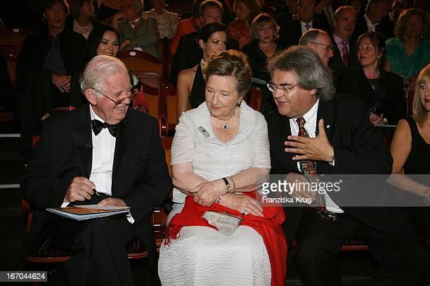 Kurt Biedenkopf Mit Ehefrau Ingrid Biedenkopf Und Helmut Markwort Bei Der Verleihung Des 6. Internationalen Buchpreis Corine Im Prinzregententheater...
