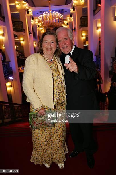 """Kurt Biedenkopf Und Ehefrau Ingrid Bei Der Verleihung Der """"Goldenen Henne"""" Im Friedrichstadtpalast In Berlin Am 210905 ."""