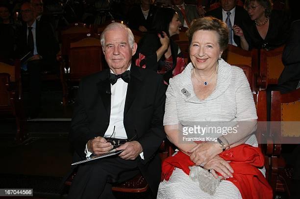 Kurt Biedenkopf Und Ehefrau Ingrid Bei Der Verleihung Des 6. Internationalen Buchpreis Corine Im Prinzregententheater In München .