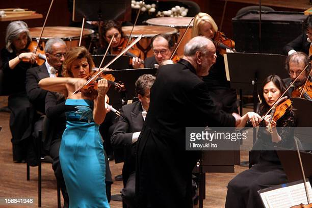 Kurt Masur leading the New York Philharmonic in allMendelssohn program at Avery Fisher Hall on Wednesday night February 4 2009This imageKurt Masur...