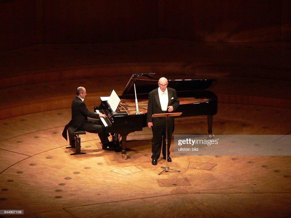 Kurt Moll; Musiker, Saenger, Bass, Klassik, Oper; D; Auftritt in der Philharmonie in Koeln; am Fluegel: Stefan Irmer -