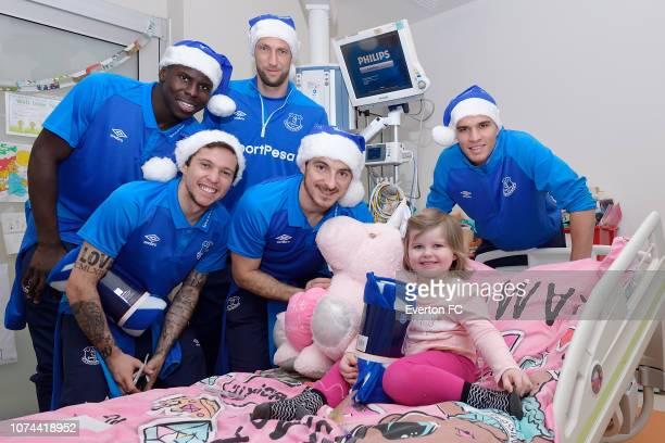Kurt Zouma Bernard Maarten Stekelenburg Leighton Baines and Joao Virginia meet a patient during the Everton players visit to Alder Hey on December 19...