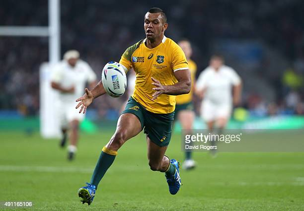 Kurtley Beale controls the ball during the 2015 Rugby World Cup Pool A match between England and Australia at Twickenham Stadium on October 3 2015 in...
