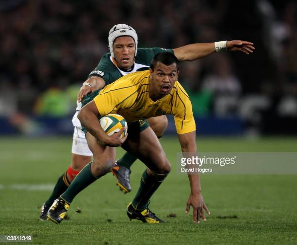 Kurtley Beale of the Wallabies moves away from Gio Aplon during the 2010 TriNations match between the South African Springboks and the Australian...