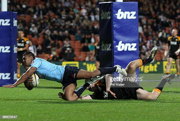 Kurtley Beale of the Waratahs scores a try despite the efforts of Brendon Leonard of the Chiefs during the round 13 Super 14 match between the Chiefs...