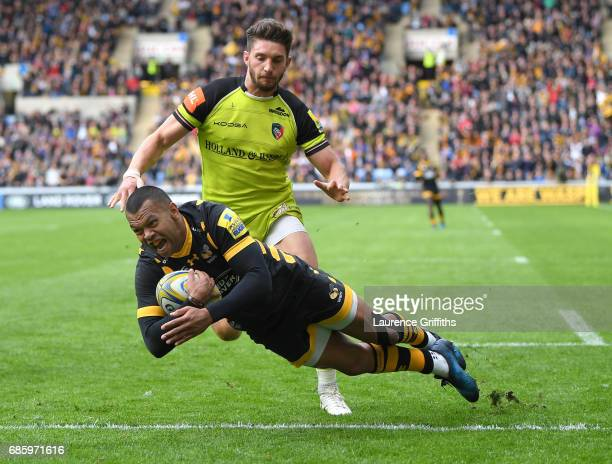 Kurtley Beale of Wasps dives over to score the opening try during the Aviva Premiership match between Wasps and Leicester Tigers at The Ricoh Arena...