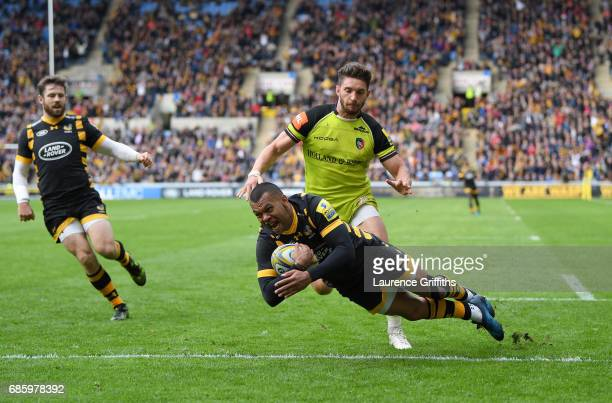 Kurtley Beale of Wasps dives over to score the opening try under pressure from Owen Williams of Leicester Tigers during the Aviva Premiership match...