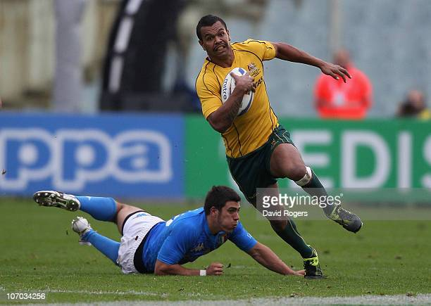 Kurtley Beale the Wallaby fullback makes a break with the ball during the Test match between Italy and the Australian Wallabies at Stadio Artemio...