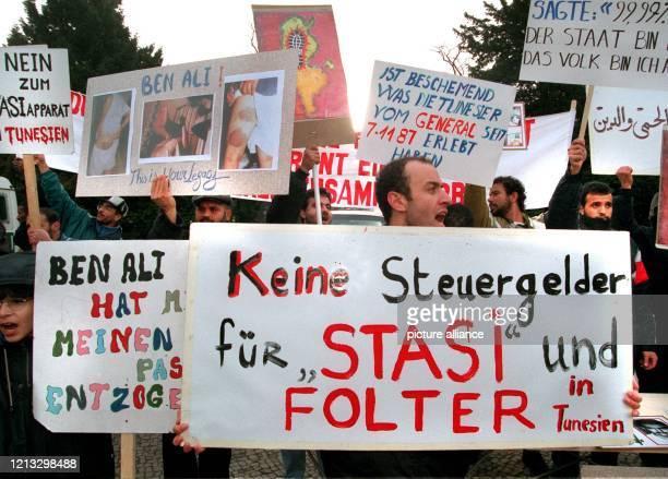 Kurz vor der Ankunft des tunesischen Präsidenten Zine El Abidine Ben Ali am vor dem Schloß Charlottenburg in Berlin protestieren Tunesier gegen den...