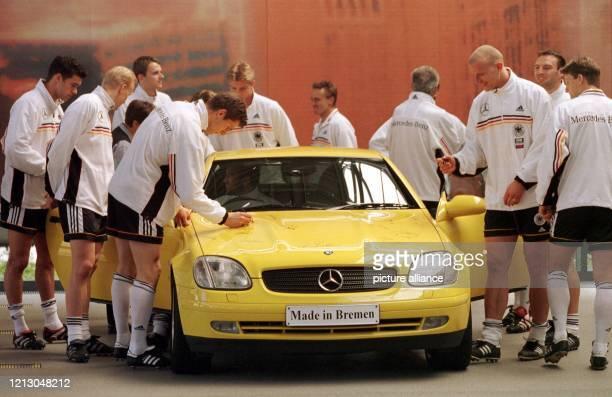 Kurz vor einer Werbeaufnahme beim DFB-Hauptsponsor Daimler-Chrysler in Bremen versehen die Spieler der deutschen Fußball-Nationalmannschaft am die...