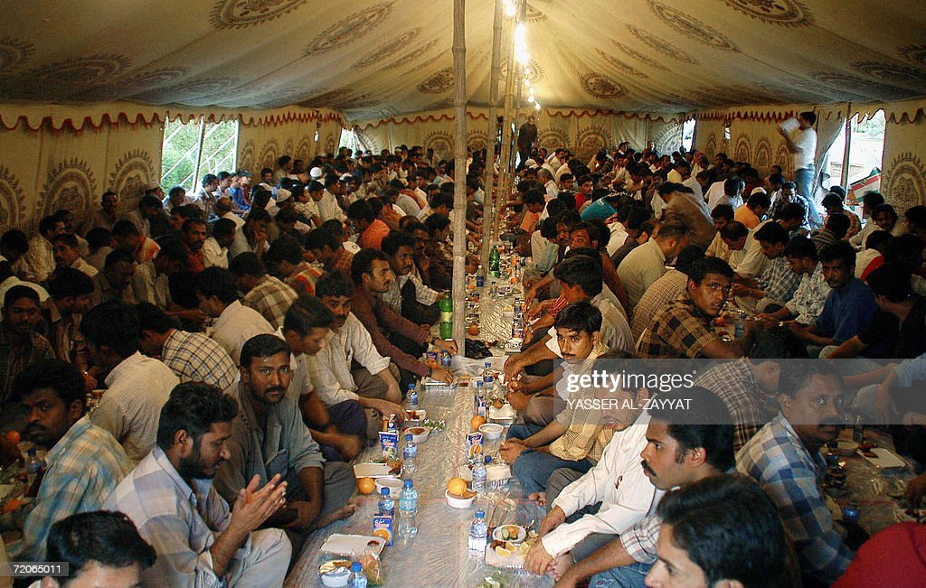 Asian workers wait to break their fast w : News Photo
