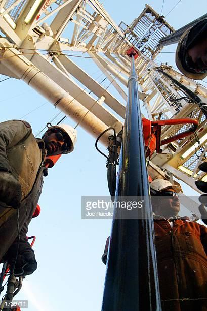 kuwait oil production continues - joe raedle foto e immagini stock
