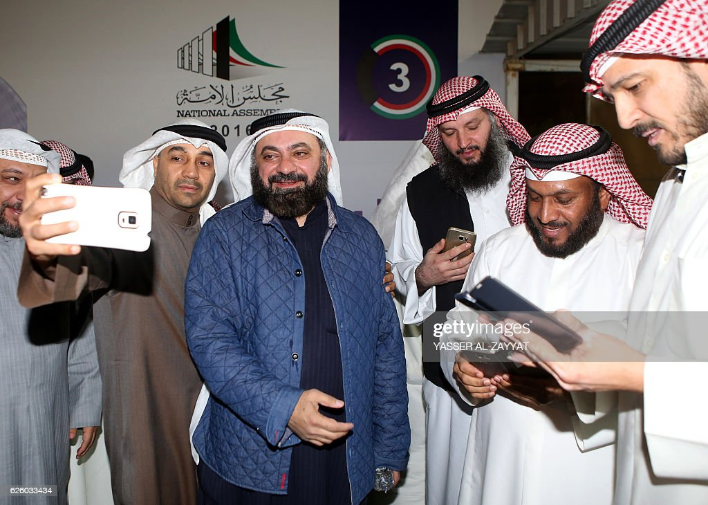 Kuwaiti Islamist candidate and opposition leader Waleed al-Tabtabaee (C) celebrates with his supporters following the announcment of his victory in the parliamentary election, in Kuwait city, early November 27, 2016. Kuwait opposition groups and their allies had bagged nearly half parliament's 50 seats, raising fears of fresh political wrangling in the oil-rich Gulf state. / AFP / Yasser Al-Zayyat