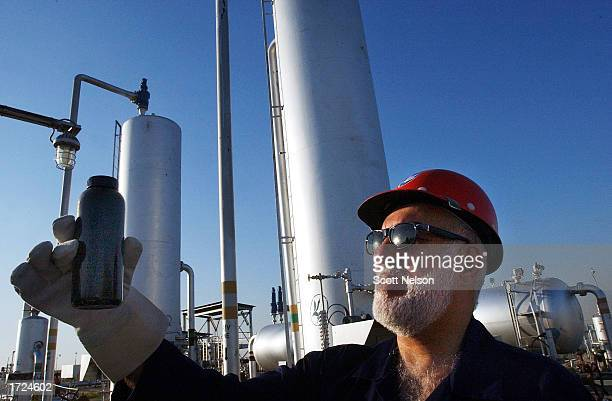kuwaiti oil field rebuilt ten years after gulf war - retreating ストックフォトと画像