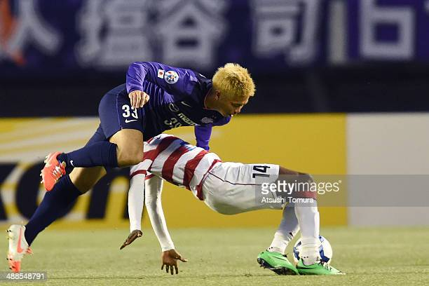 Kwabena Appiah of Western Sydney Wanderers battles for the ball with Tsukasa Shiotani of Sanfrecce Hiroshima during the AFC Champions League round of...