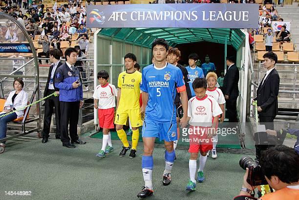 Kwak Tae-Hwi of Ulsan Hyundai leads out to the field for the AFC Asian Champions League match between Ulsan Hyundai and Kashiwa Reysol at Ulsan Munsu...