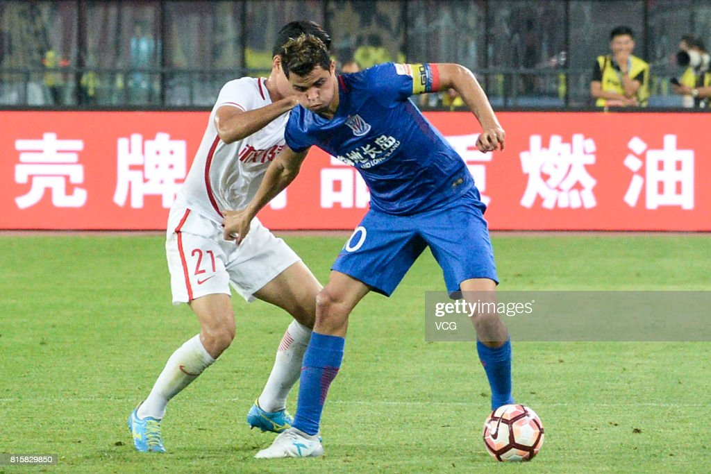Kwon Kyung-won #21 of Tianjin Quanjian and Giovanni Moreno #10 of Shanghai Shenhua compete for the ball during the 17th round match of 2017 Chinese Football Association Super League (CSL) between Tianjin Quanjian and Shanghai Shenhua at Haihe Educational Football Stadium on July 16, 2017 in Tianjin, China.